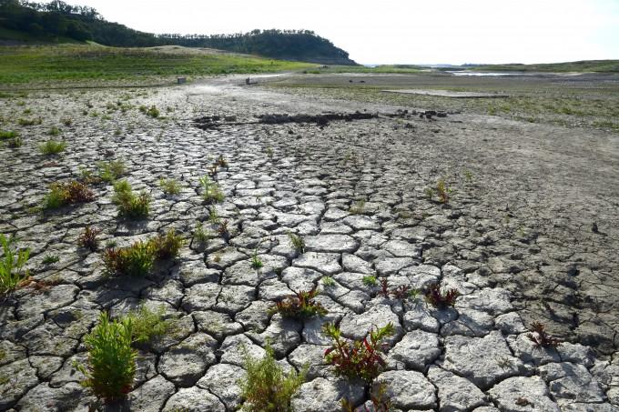 2015년도 미국 캘리포니아주 캐먼처 저수지(Camanche Reservoir) 바닥이 말라있다. EPA/연합뉴스