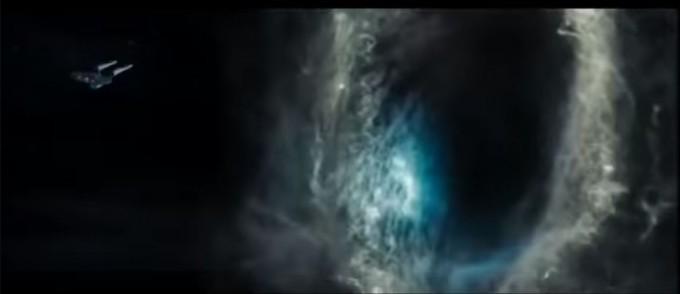 블랙홀에 의해 끌려가고 있는 영화 스타트렉 속 우주선 USS 엔터프라이즈호. 스타트렉 더 비기닝 캡쳐.