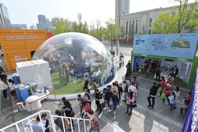 2019 대한민국 과학축제가 막을 내렸다. 서울마당에 펼쳐진 전시장을 비롯한 도심 곳곳의 행사에 많은 학생과 시민들이 참여했다. 한국과학창의재단 제공