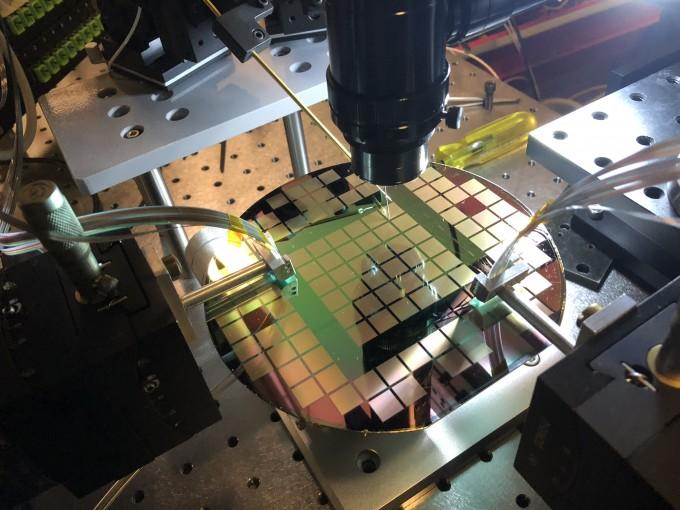 6인치 실리콘 웨이퍼에 광집적스위치가 설치됐다. GIST 제공