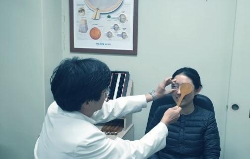 임한웅 교수가 기자의 눈을 진료하고 있다. 눈에 대고 있는 프리즘으로 사시 또는 사위가 얼마나 심각한지 가늠할 수 있다