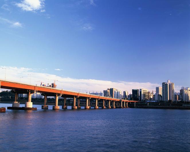 과학기술정보통신부가 지난해 지하철과 교통 신호, 도시 관제 시스템에 이해 올해부터는 교각과 터널, 하수처리장을 진단하는 데 ICT를 적용시킬 계획이다. 게티이미지뱅크 제공