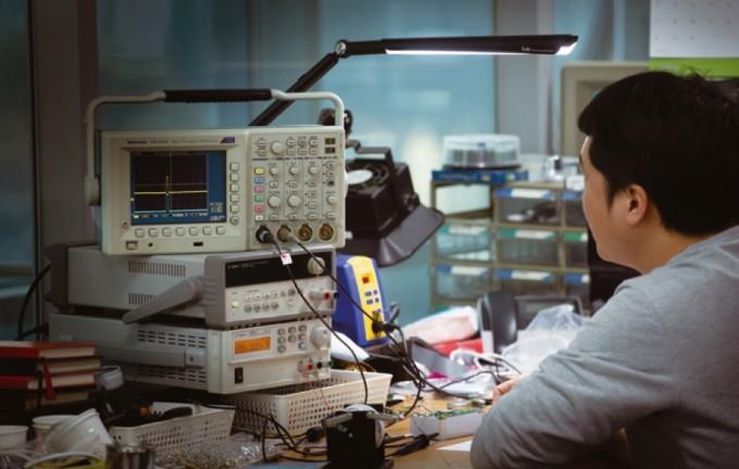 에프티랩 연구원이 라돈아이를 테스트 하고 있다. 과학동아 제공