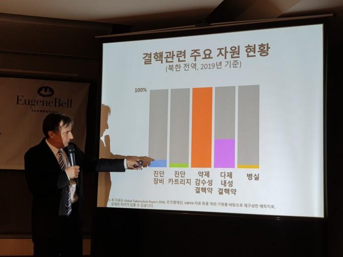 30일 서울 프레스센터에서 열린 기자회견에서 인세반 유진벨재단 회장이 북한 내 결핵 환자 상황에 대해 설명하고 있다.
