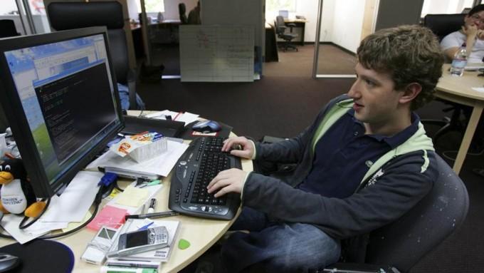 개발자 시절의 마크 저커버그. 2005년의 모습이다. 책상 위가 지저분한 것을 보면 저 시절 개발을 했던 것이 분명하다. 삐딱하게 앉은 자세마저 이 확신에 힘을 실어준다.