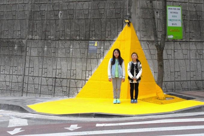 2015년 3월 서울 성북구 길원초등학교에 설치된 1호 옐로카펫의 모습이다. 옐로카펫 홈페이지