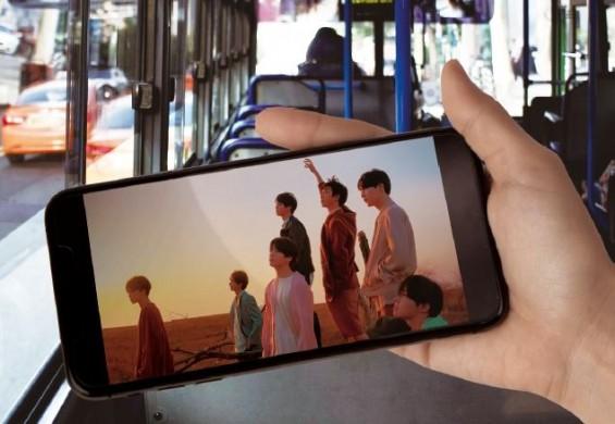 버스 공공 와이파이를 이용해 방탄소년단(BTS)의 신곡 '작은 것들을 위한 시'의 뮤직비디오를 재생했다. 서동준 기자