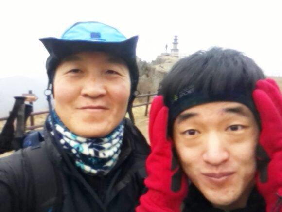 한 해 마지막 날 등산을 함께 한 구교석 대구광역시교육청 장학사(왼쪽)와 박원택 대구 심인고 교사(오른쪽). 수학동아 제공