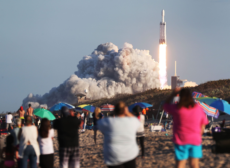 미국의 우주탐사업체인 스페이스X의 팰컨 헤비 로켓이 2019년 4월 11일(미 현지시간) 케네디 우주센터 발사장에서 사우디아라비아의 통신위성 아랍샛-6A를 탑재한 채 발사되고 있다. Joe Raedle/Getty Images/AFP