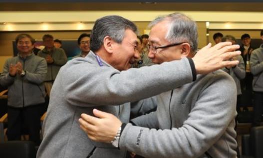 대전 유성구 한국항공우주연구원에서 임철호 원장(왼쪽)과 유명종 위성연구본부장이 천리안 2A 위성 첫 교신 성공 소식에 기뻐하며 서로 끌어안고 있다.