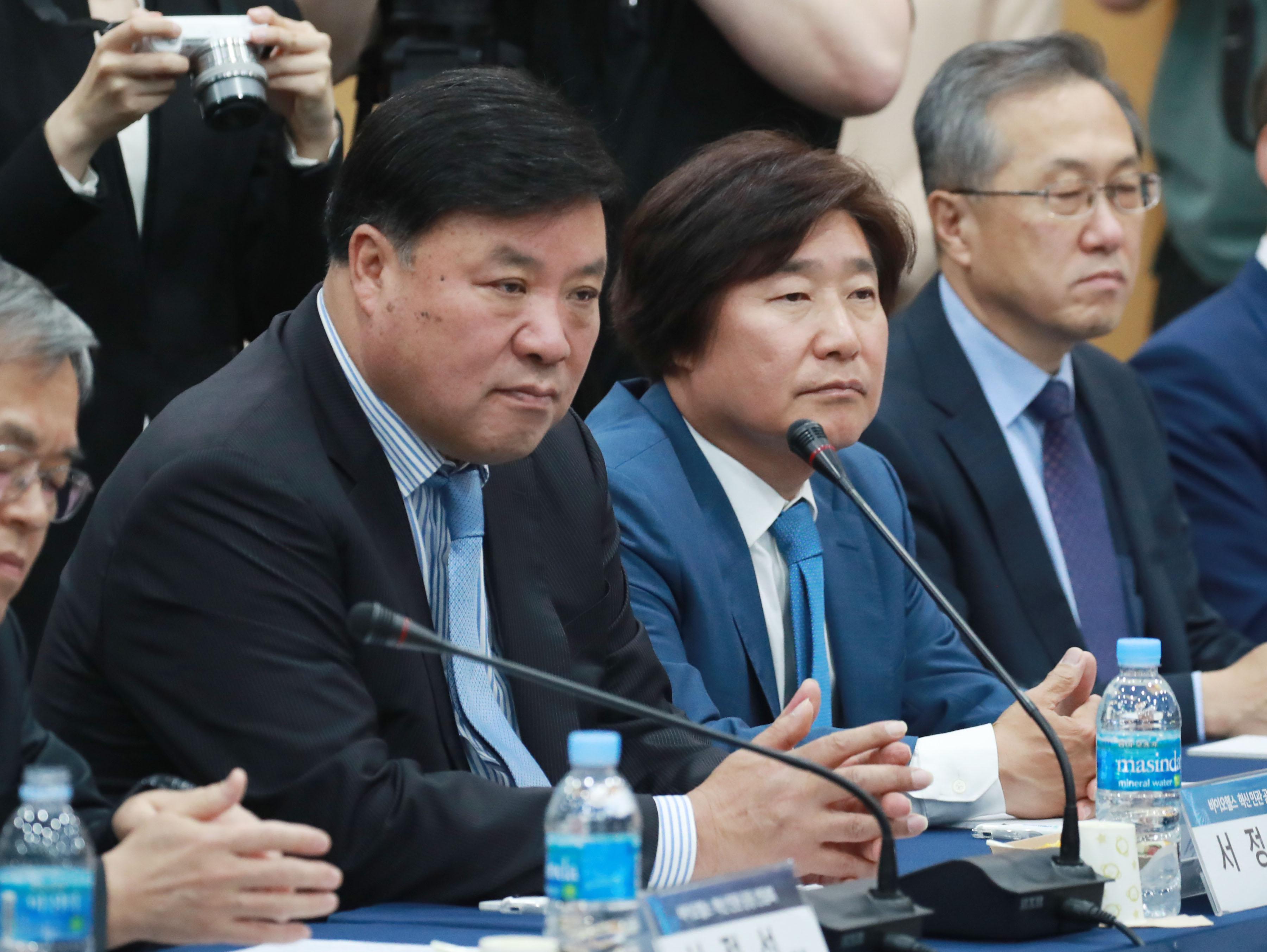 서정진 셀트리온 회장(왼쪽)이 15일 서울 서초동 한국제약바이오협회에서 열린 바이오헬스 혁신 민관 공동간담회에서 발언을 듣고 있다. 연합뉴스 제공