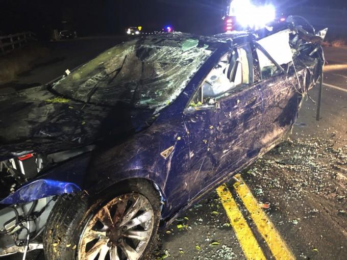 미국 캘리포니아주 산라몬 인근에서 도로 주행 중 연못으로 추락, 운전자 사망 사고를 낸 테슬라 모델S 차량이 인양돼 도로 위에 놓여 있다. AP/연합뉴스 제공