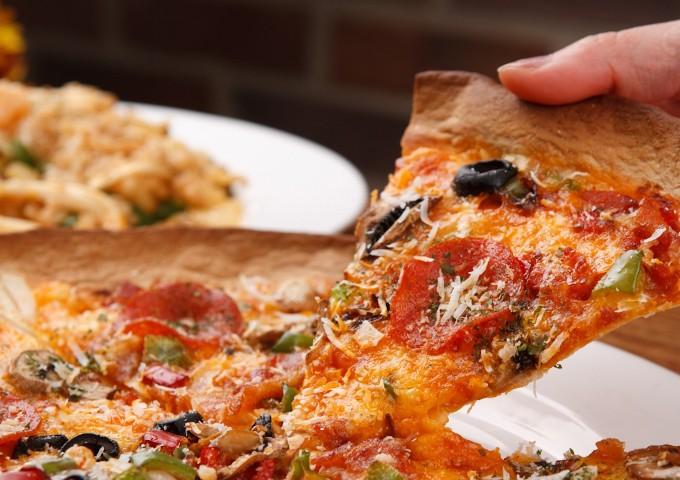 오늘의 요리는 토르띠야 피자. 피자 도우 같은 얇은면이 구부러지면서 나타나는 쌍곡기하학의 세계를 만나보자. 게티이미지뱅크