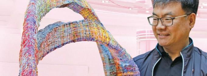 '잘린 뫼비우스 띠'를 들고 있는 김영관 교사. 이 작품은 세화중에 와서 3D펜을 섭렵하고 학생들과 3D 펜으로 선을 하나씩 그어 만든 작품이다. 여러 색을 섞어 쓰며 색채 감각까지 키울 수 있다고 한다. 사진 유승민