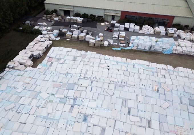 대진침대 사태 당시 회수된 매트리스가 대진침대 본사에 쌓여 있는 모습이다. 연합뉴스 제공