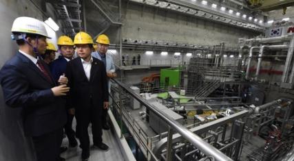 15일 대전 유성에 있는 국가핵융합연구소를 찾은 황교안 자유한국당 대표가 연구소 관계자들의 안내를 받으며 KSTAR(차세대 초전도핵융합연구장치)를 살펴보고 있다. 연합뉴스 제공