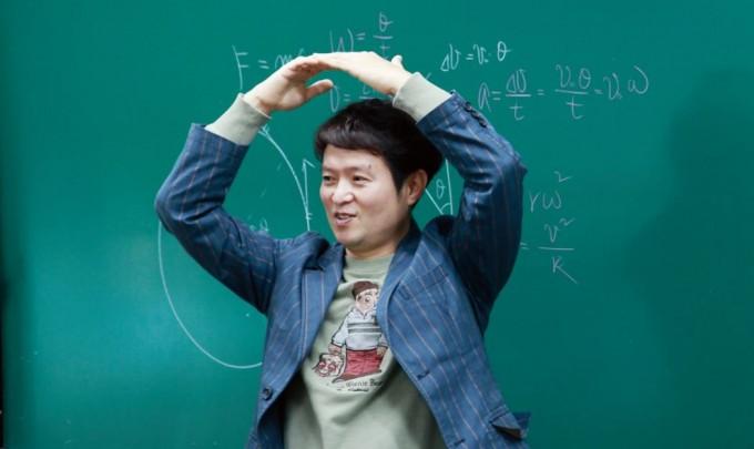 정종태 교사가 전자기 유도현상을 몸으로 표현하고 있다, 그에게 율동은 물리수업 집중력을 키우는 나름의 비법이다. 이영혜 기자