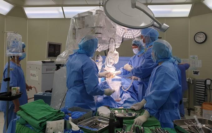 지난 2일 사랑플러스병원에서 로보닥을 이용한 인공관절 수술이 진행됐다. 로봇이 밀링커터로 뼈를 깎는 동안, 로봇 외장 모니터를 통해 실시간으로 수술 상황을 감시할 수 있다.