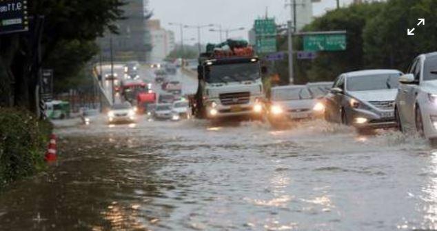 2018년 8월 28일, 폭우에 담긴 대전의 도로 모습이다. 국지성호우가 쏟아지면서 침수피해를 크게 겪었다. 연합뉴스