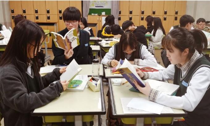 홍영덕 교사의 수업에서 학생들이 과학 서적을 읽고 있다. 그는 수업시간에 10분가량 독서 시간을 마련해 학생들이 과학책과 친해질 수 있도록 유도한다. 김서은 제공