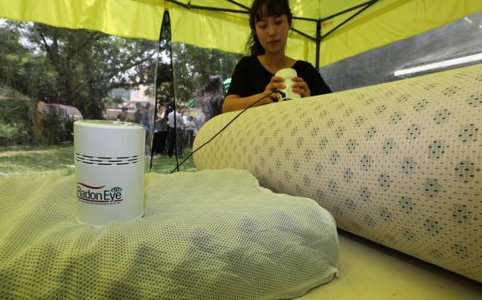 침대 매트리스에서 ′라돈′이 검출된 후 설치된 방사능 측정소에서 집에서 가지고 온 제품들의 라돈을 측정하고 있다. 연합뉴스 제공