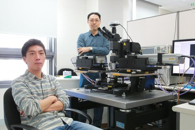 장재은 DGIST 정보통신융합전공 교수(오른쪽)와 양재훈 연구원이 연구실에서 포즈를 취했다. 사진제공 DGIST