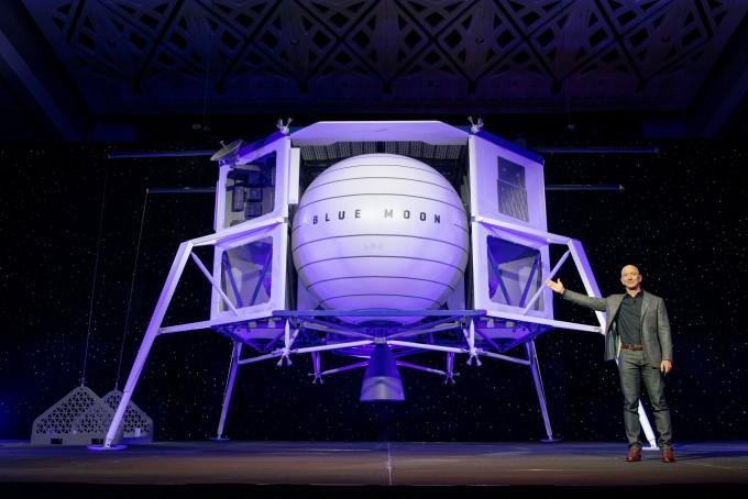 아마존 최고경영자(CEO)이자 민간 우주기업 블루 오리진 창립자 제프 베조스는 9일 달 착륙선 블루 문을 공개했다. 블루 오리진 제공