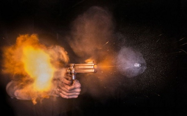 총구에서 총이 발사되는 순간 화약이 터지면서 나는 폭발음과 총알이 공기를 초음속으로 지나가며 만드는 충격파가 형성된다. 연구팀은 이 두 음향을 분석해 화기의 발사 위치를 추적하는 기술을 개발했다. 헤라 쿨라파 제공