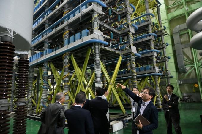 한국전기연구원을 방문한 일본 관계자들이 대전력 시험설비를 견학하고 있다. 한국전기연구원 제공