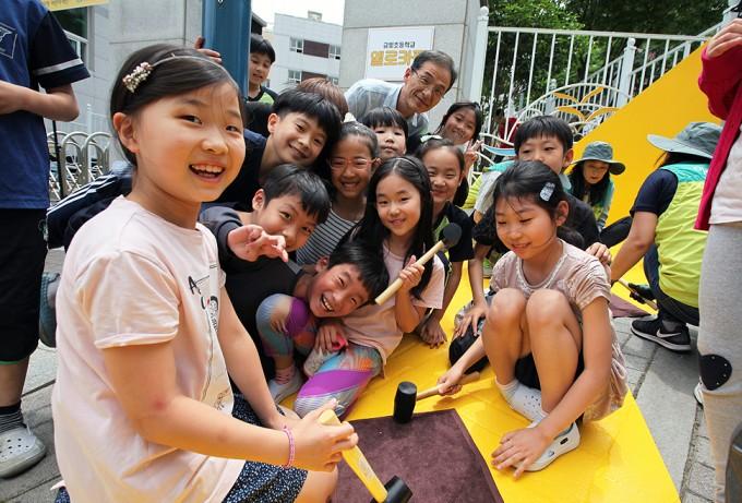 부산 금정구 금빛초등학교 옐로카펫 설치에 참여한 어린이들이 웃음짓고 있다. 옐로카펫 홈페이지