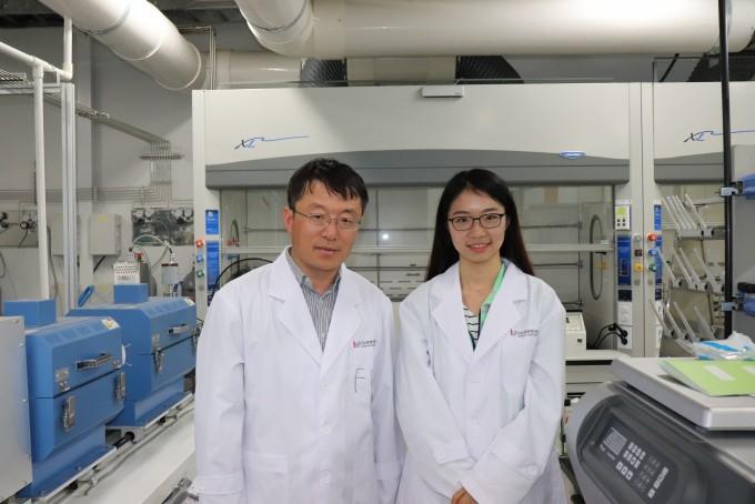 펑딩(왼쪽)다차원탄소재료연구단 그룹리더 연구팀이 단결정의 h-BN을 최대 100㎠의 대면적으로 제조하는데 성공했다. 반도체 제작 공정에 바로 적용할 수 있어 신문처럼 돌돌 말리는 롤러블 디스플레이 상용화를 위한 핵심기술을 마련했다는 평가다. 오른쪽은 함께 연구에 참여한 레이닝 장 UNIST 박사과정생이다. 기초과학연구원 제공
