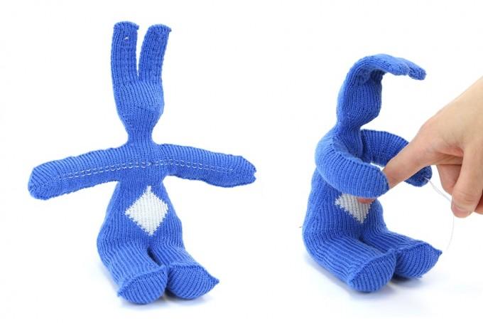 스콧 허드슨 미국 카네기멜론대 인간 컴퓨터 상호작용연구소 교수 연구팀은 천으로 짠 소프트로봇을 선보였다. 토끼의 배를 찌르면 토끼가 손가락을 안아준다. 카네기멜론대 제공