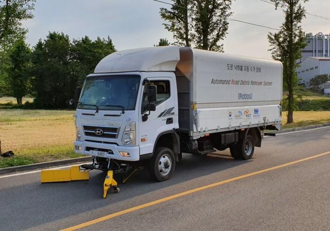 한국건설기술연구원은 도로에 떨어진 낙하물을 자동으로 수거해 처리하는 차량형 도로청소기를 개발했다고 24일 밝혔다. 한국건설기술연구원 제공