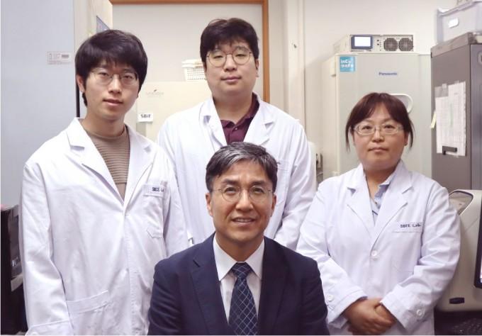 조광현 KAIST 바이오및뇌공학과 교수 연구팀은 대장암 표적항암제 내성을 극복할 수 있는 새로운 바이오마커 다섯가지를 발굴하는데 성공했다고 7일 밝혔다. 발굴한 바이오마커를 활용해 세툭시맙에 잘 반응할 수 있는 환자군을 미리 선별할 수 있을 것이란 기대가 커지고 있다. KAIST 제공