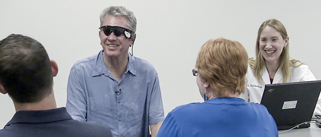 미국 남캘리포니아대 연구팀이 시력을 잃은 환자(안경 쓴 남성)의 양쪽 눈에 2015년 미국 세컨드 사이트 메디컬 프로덕트사의 인공망막 장비 '아르거스 2'를 이식했다. 한 사람이 양쪽 눈에 인공망막을 이식한 첫 사례다. 당시 60개 전극을 지닌 인공망막을 썼다. 남캘리포니아대 제공