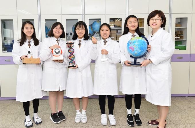 김정민 교사는 교내 동아리 '랩걸'의 지도교사를 맡고 있다. 랩걸은 노벨상을 꿈꾸는 여학생들이 모여 만든 자율동아리로, 노벨상 수상자들의 연구를 실험을 통해 체험한다. 신용수 기자
