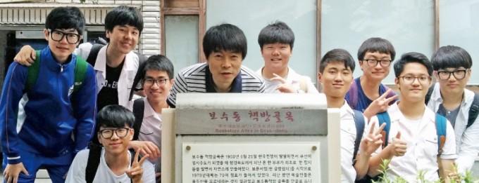 책찾사 회원들이 부산 보수동 책방 골목을 탐방하고 찰칵! 김용휘 제공