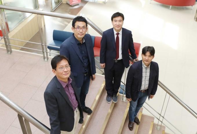 ACS나노 사설 작업에 참여한 이혁모, 정우철, 김일두, 홍승범 교수(왼쪽부터). KAIST 제공.