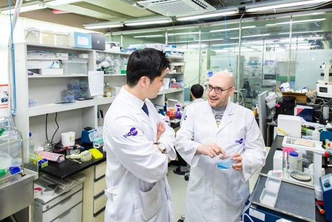 김상범 연구원(왼쪽)이 피터 고그나우어 연구원(오른쪽)과 함께 실험 결과에 대해 이야기를 나누고 있다. 남승준 제공