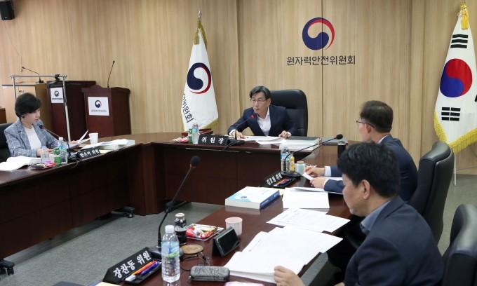 엄재식 원자력안전위원회 위원장이 이달 31일 열린 ′제102회 원자력안전위원회′에서 의원들과 논의하고 있다. 원자력안전위원회 제공