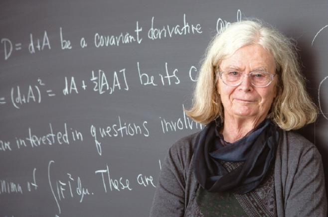 카렌 울렌백 미국 텍사스대학교 오스틴캠퍼스 명예교수. 게이지이론으로 비누거품 연구를 하고, 2000년 미국 과학훈장, 2019년 아벨상을 수상했다.
