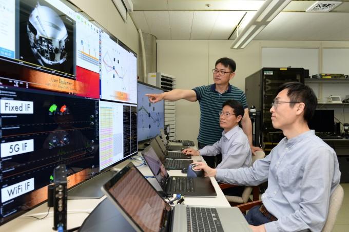 한국전자통신연구원(ETRI) 연구팀이 다중 엑세스 트래픽 결합기술을 연구하고 있는 모습이다. (왼쪽부터 김재호 책임연구원, 김창기 책임연구원, 하정락 책임연구원). ETRI 제공