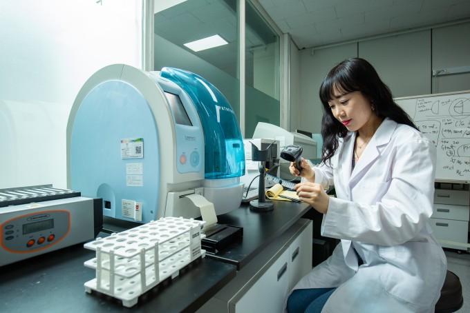 연구진이 현장에서 신속하게 진단할 수 있는 면역 진단시스템을 연구개발 하고 있다. 남윤중 제공