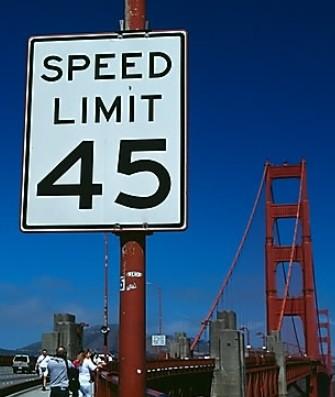 반칙과 난폭 운전 등 매너 없는 운전은, 다른 운전자의 연쇄적인 난폭 운전, 과속 운전을 부른다. 속도를 사랑하는 인간에게 '알아서 속도를 줄이시오'라는 조언을 하는 것은 큰 도움이 되지 않는다. 위키피디아