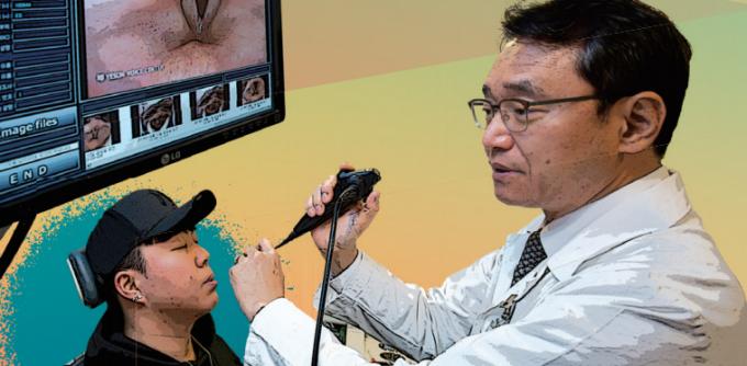 김형태 예송이비인후과 음성센터 대표원장이 내시경을 이용ㅇ해 박 씨의 성대 상태를 관찰하고 있다. 최근에는 초고속성대촬영검사를 통해 미세한  성대의 떨림을 촬영해  음의 변화도 관찰하고 있다. 사진 남윤중