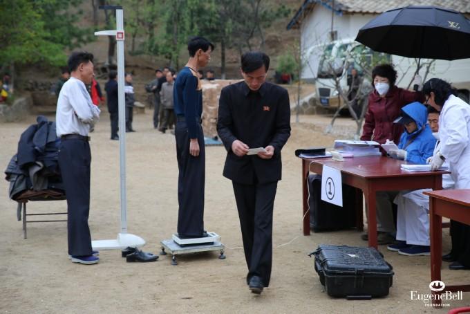 유진벨재단 의료진이 북한에서 결핵 환자들을 진료하고 있는 모습. 유진벨재단 제공