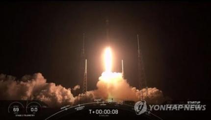 스페이스X 우주인터넷 첫발…스타링크 위성 60기 실은 로켓 발사