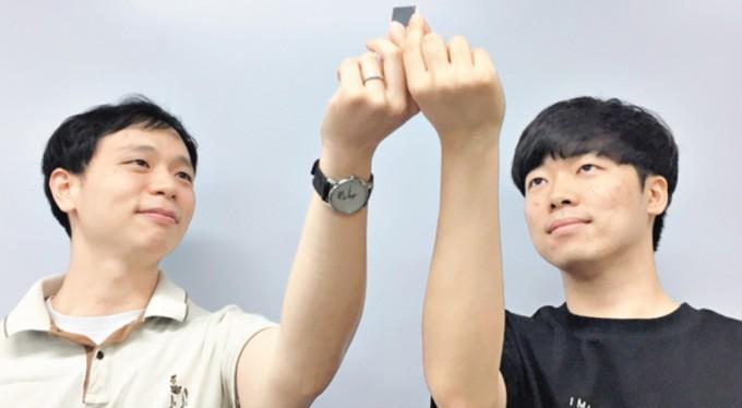 전동석 서울대 융합과학기술대학원 교수(왼쪽)와 박정우 연구원이 자체 개발한 뉴로모픽 프로세서를 살펴보고 있다. 뉴로모픽 반도체는 뇌의 연산 특성을 반영한 인공지능(AI) 반도체다.