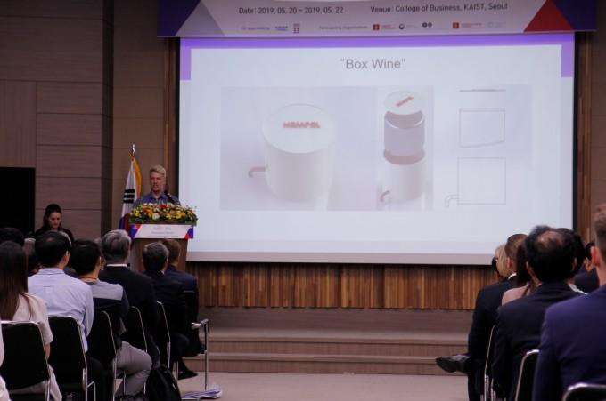 22일 오후 서울 성북구 KAIST 서울캠퍼스에서 열린 ′KAIST-덴마크공대 차세대 P4G 경연대회′에서 CIRCOS 팀이 박스형 와인에서 영감을 얻은 페인트통에 대해 설명하고 있다. 조승한 기자 shinjsh@donga.com