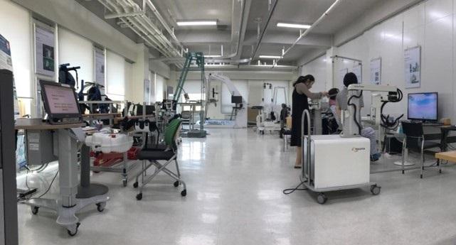 다양한 재활로봇을 마련해두고 재활로봇을 연구 개발하거나 임상시험하고 있는 국립재활원 재활로봇짐의 모습. 국립재활원 제공